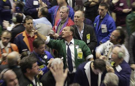 Traders in the Corn futures pit of the Chicago Board of Trade signal orders shortly after the opening bell in Chicago March 30, 2007. REUTERS/Frank Polich