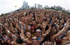 """Fãs esperam pelo início do show da banda """"Foster the People"""" no festival Lollapalooza, em Grant Park, Chicago. A Time For Fun (T4F) assinou um acordo com a Lollapalooza para realizar o festival nos próximos cinco anos no Brasil, com a possibilidade de renovar o contrato por mais cinco anos, informou a empresa nesta segunda-feira. 5/08/2011. REUTERS/Jim Young"""