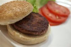 Le premier burger conçu in vitro par une équipe de chercheurs devait être cuisiné et servi lundi à Londres. Créé en laboratoire à partir de cellules souches de boeuf, ce burger est le premier exemple de ce qui pourrait être une réponse aux pénuries alimentaires dans le monde et aider à lutter contre le changement climatique, selon le chercheur néerlandais Mark Post, à l'origine du projet. /Photo prise le 5 août 2013/REUTERS/David Parry/pool