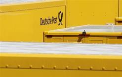 Deutsche Post DHL, le premier groupe mondial de services postaux et de logistique, a relevé mardi ses objectifs financiers pour l'ensemble de 2013 après un deuxième trimestre marqué par une croissance de 14% du bénéfice d'exploitation. /Photo d'archives/REUTERS/Michaela Rehle