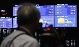 Телеоператор снимает экран с рыночными котировками и графиками на Токийской фондовой бирже 23 мая 2013 года. Азиатские фондовые рынки завершили торги вторника разнонаправленно под влиянием местных факторов. REUTERS/Yuya Shino