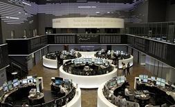 Помещение Франкфуртской фондовой биржи 4 июля 2013 года. Европейские фондовые рынки замедлили рост на подходе к максимальным отметкам 2013 года на фоне снижения фондовых индексов США и Азии. REUTERS/Remote/Pawel Kopczynski
