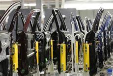 La production industrielle britannique a augmenté plus qu'attendu en juin, enregistrant sa plus forte croissance depuis plus de deux ans, grâce au dynamisme du secteur manufacturier. /Photo prise le 24 avril 2013/REUTERS/Luke MacGregor