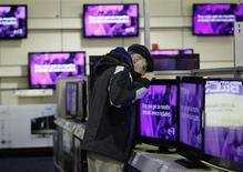 Merck KGaA a publié une hausse de 10,7% de son résultat brut opérationnel (Ebitda) ajusté au titre du deuxième trimestre, tiré par une forte demande des écrans 3D et des écrans TV de grande taille. /Photo d'archives/REUTERS/Jessica Rinaldi