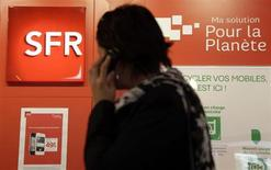 Plusieurs opérateurs de téléphonie mobile dont Bouygues Telecom ont déposé des recours pour pratiques anticoncurrentielles contre les leaders du secteur Orange et SFR, auxquels ils réclament plus de 1,4 milliard d'euros, rapporte mardi L'Expansion. /Photo d'archives/REUTERS/Eric Gaillard