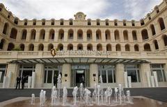 Здание 18-го века в Марселе, в котором ранее размещалась больница Отель-Дье, а теперь новая пятизвездочная гостиница InterContinental Hotel, 25 апреля 2013 года. InterContinental Hotels Group, крупнейший в мире оператор отелей, сообщил о большом скачке прибыли за первое полугодие за счет спроса в США, а также пообещал вернуть акционерам $350 миллионов через специальные дивиденды. REUTERS/Jean-Paul Pelissier