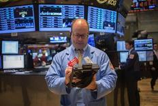 Трейдер на Нью-Йоркской фондовой бирже 5 августа 2013 года. Американские рынки акций открылись снижением во вторник после ралли, в ходе которого индикаторы достигли исторических максимумов. REUTERS/Shannon Stapleton