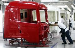 Operários trabalham na linha de montagem da marca Scania, na planta de São Bernardo do Campo, em São Paulo. A produção brasileira de veículos em julho caiu 2,7 por cento sobre junho e avançou 3,7 por cento na comparação com o mesmo mês de 2012, informou a associação de montadoras, Anfavea, nesta terça-feira. 15/09/2010. REUTERS/Paulo Whitaker