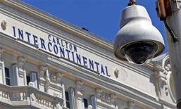 Câmera de segurança afixada a um poste de luz em frente ao hotel Carlton, em Cannes. A seguradora londrina Lloyd's está oferecendo até 1 milhão de euros (1,3 milhão de dólares) por pistas que levem à recuperação de joias roubadas do Carlton, em Cannes, no mês passado, avaliadas em 136 milhões de dólares. 31/07/2013. REUTERS/Eric Gaillard
