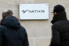 Natixis annonce mardi un bénéfice net en repli de 29% au deuxième trimestre, pénalisé par le coût lié à la réévaluation de sa dette senior. /Photo d'archives/REUTERS/Charles Platiau