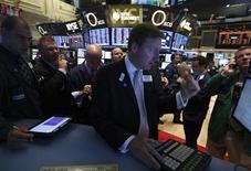Operadores trabajan en el piso de la bolsa de Nueva York. Agosto 6, 2013. REUTERS/Brendan McDermid