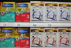 Des produits de la marque Mead Johnson Nutrition et Biostime vendus dans un supermarché en Chine. Les autorités chinoises ont infligé une amende de 110 millions de dollars (83 millions d'euros) à six groupes d'agroalimentaire, dont Danone, qui devra s'acquitter de 28 millions de dollars, Mead Johnson Nutrition ou encore Fonterra, dans le cadre d'une enquête pour entente sur les prix. /Photo prise le 7 août 2013/REUTERS/Kim Kyung-Hoon