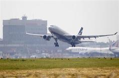 L'autorité britannique de surveillance de la publicité a débouté mercredi Airbus dans un litige qui l'opposait à son concurrent américain Boeing, accusé par l'avionneur européen d'utiliser des chiffres trompeurs pour promouvoir son Boeing 747-8. /Photo prise le 27 juin 2013/REUTERS/Sergei Karpukhin