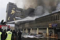Пожарные тушат пожар в Международном аэропорту в Найроби 7 августа 2013 года. Пожар охватил в среду главный аэропорт Кении, захлопнув туристические и торговые воздушные ворота Восточной Африки. REUTERS/Noor Khamis