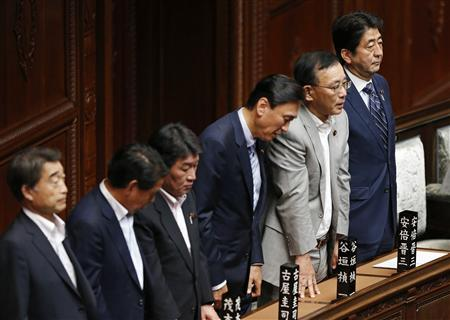 Japan's Prime Minister Shinzo Abe (R) attends the lower house parliamentary session in Tokyo August 7, 2013. REUTERS/Issei Kato
