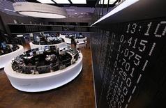 Les Bourses européennes sont stables ou en légère baisse mercredi à mi-séance, au lendemain de nouvelles déclarations de responsables de la Réserve fédérale prédisant que la banque centrale américaine commencera bientôt à dénouer son programme de soutien à l'économie. À Paris, le CAC 40 était stable (+0,01%) vers 11h10 GMT. À Francfort, le Dax cédait 0,44% et à Londres, le FTSE reculait de 0,83%. /Photo d'archives/REUTERS/Ralph Orlowski