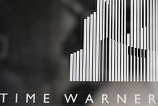 """Логотип Time Warner у входа в Time Warner Center в Нью-Йорке 4 августа 2010 года. """"Великий Гэтсби"""" и """"Человек из стали"""" помогли Time Warner Inc нарастить выручку и прибыль во втором квартале 2013 года, сообщила компания. REUTERS/Shannon Stapleton"""