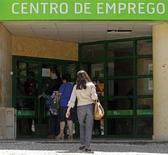 Pessoas entram em agência oficial de empregos em Lisboa, 9 de maio de 2013, Portugal. O desemprego em Portugal caiu pela primeira vez em dois anos no segundo trimestre, para uma taxa de 16,4 por cento, ante 17,7 por cento no primeiro trimestre, segundo dados divulgados nesta quarta-feira. 09/05/2013 REUTERS/Jose Manuel Ribeiro