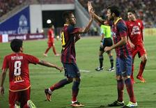 O atacante Neymar comemora com Fábregas após marcar primeiro gol pelo Barcelona, em amistoso na Tailândia, nesta quarta-feira. REUTERS/Kerek Wongsa