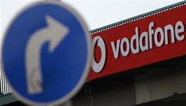 Vodafone ha recurrido al deporte y a la música para diferenciar su servicio móvil de gran velocidad 4G en Reino Unido, donde se lanza a finales de mes en competencia directa con O2 y la oferta ya afianzada de EE. En la foto de archivo, una señal de tránsito cerca de un logo de Vodafone en Praga. Feb 7, 2012. REUTERS/David W Cerny
