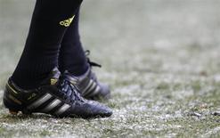 Pour le deuxième trimestre, Adidas fait état d'un chiffre d'affaires en baisse de 4%, repli plus marqué que prévu, à 3,38 milliards d'euros et d'un résultat opérationnel de 252 millions. /Photo d'archives/REUTERS/Christian Hartmann