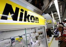 Nikon a revu jeudi à la baisse ses prévisions annuelles. Le groupe japonais a pris acte d'une demande mitigée pour des appareils photo sans miroir, des produits un temps considérés comme une invention révolutionnaire, susceptible de préserver le secteur de la menace des fonctionnalités photos des smartphones. /Photo d'archives/REUTERS/Yuriko Nakao