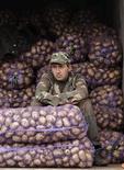 Продавец картошки ждет покупателей на уличном рынке в Минске 13 октября 2012 года. Белоруссия сокращает бюджетные расходы из-за падения доходов, сообщил Минфин. REUTERS/Vasily Fedosenko