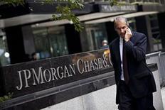Le titre JP Morgan Chase & Co figure au rang des valeurs à suivre ce jeudi à Wall Street, alors que la banque a annoncé mercredi faire l'objet d'une enquête menée par le Département américain de la Justice au sujet de la commercialisation d'actifs financiers adossés à des emprunts immobiliers entre 2005 et 2007. /Photo d'archives/REUTERS/Andrew Burton