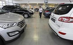 Уборщица моет пол в автосалоне Hyundai в Санкт-Петербурге 15 января 2013 года. Продажи новых автомобилей в РФ снизились на 8 процентов до 234.569 штук в июле 2013 года, сообщила Ассоциация европейского бизнеса (АЕБ) в четверг. REUTERS/Alexander Demianchuk