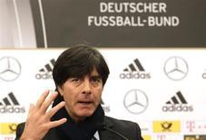 Técnico da seleção da Alemanha, Joachim Loew, gesticula durante coletiva de imprensa em Paris. A Alemanha estará com força quase completa no amistoso da próxima quarta-feira contra o Paraguai, disse Loew em entrevista coletiva nesta quinta-feira. 5/02/2013 REUTERS/Jacky Naegelen