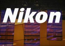 Logotipo da Nikon é visto durante evento em Las Vegas. A Nikon reduziu a previsão de lucro para 2013 devido à demanda decepcionante por câmeras sem espelhos, antes vistas como invenção revolucionária que poderia salvar a indústria da ameaça de câmeras de smartphones cada vez mais avançadas. 08/01/2013 REUTERS/Rick Wilking