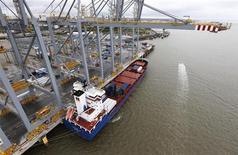 Le déficit commercial de la Grande-Bretagne s'est contracté plus que prévu en juin, pour revenir à 8,082 milliards de livres (9,39 milliards d'euros environ), son plus bas niveau depuis juillet 2012, en raison notamment d'une hausse des exportations, selon l'Office des statistiques. /Photo prise le 30 juin 2013/REUTERS/Suzanne Plunkett