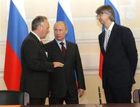 Russia's Prime Minister Vladimir Putin (C) talks to Ford of Europe company Chairman and CEO Stephen Odell (L) and Sollers company General Director Vadim Shvetsov during a signing ceremony in Moscow June 8, 2011. REUTERS/Alexei Nikolsky/RIA Novosti/Pool