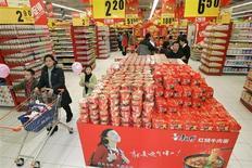 Tesco va réduire sa présence en Chine en se contentant de prendre seulement 20% d'une coentreprise avec une entreprise publique locale, décision qui lui permettra de se recentrer sur l'amélioration de son marché intérieur et qui illustre aussi les difficultés que connaissent les distributeurs étrangers dans la deuxième économie mondiale. /Photo d'archives/REUTERS/Jason Lee