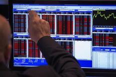 Les Bourses européennes sont irrégulières vendredi à mi-journée, peinant à se trouver une orientation franche alors qu'elles avaient débuté la séance en hausse, portées par des statistiques chinoises jugées rassurantes et par le soutien apporté par de l'activité dans les fusions et acquisitions. A Paris, le CAC 40 perdait 0,22% tandis que le Dax cédait 0,19% et que le FTSE gagnait 0,21%. Le FTSEurofirst 300 était pratiquement inchangé (+0,05%) mais l'Eurostoxx 50 perdait 0,27%. /Photo d'archives/REUTERS/Lucas Jackson