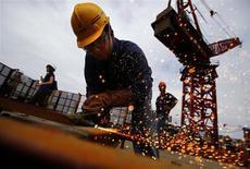 Trabalhador é visto no topo da Shanghai Tower, na China. A produção industrial da China cresceu em julho no ritmo mais rápido desde o início do ano, ampliando o volume de dados que sugerem que a segunda maior economia do mundo pode estar se estabilizando após mais de dois anos de desaceleração do crescimento. 02/08/2013 REUTERS/Carlos Barria