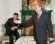 """Президент России Владимир Путин и сирийский лидер Башар Асад на встрече в Кремле 19 декабря 2006 года. Путин не обсуждал с Саудовской Аравией уменьшение поддержки сирийского лидера Башара Асада в обмен на экономические стимулы"""", включающие импорт российских вооружений, сообщил Кремль в пятницу. REUTERS/Sergei Karpukhin"""