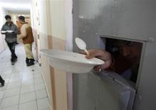 Задержанный в приемнике для мигрантов в Чопе на западе Украины 6 февраля 2009 года. Милиция объявила в розыск сбежавшего из-под домашнего ареста подследственного, избавившегося от электронного контрольного браслета - инструмента, на который возлагает надежды Украина, желающая разгрузить тюрьмы и приблизить правоприменение к гуманным стандартам ЕС. REUTERS/Gleb Garanich