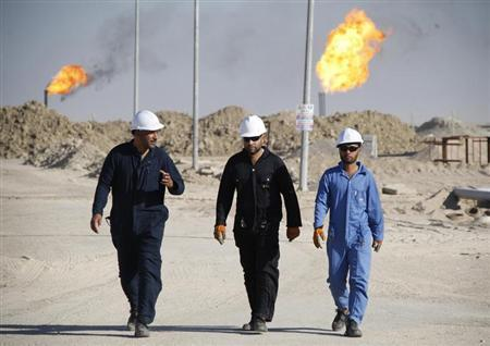 Iraqi workers walk in West Qurna oilfield in Iraq's southern province of Basra November 28, 2010. REUTERS/Atef Hassan