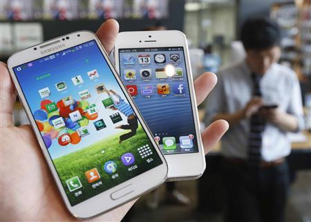 Samsung Electronics' Galaxy S4 (L) and Apple's iPhone 5 are seen in this picture illustration taken in Seoul in this file photo from May 13, 2013. REUTERS/Kim Hong-Ji