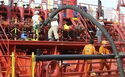 Los futuros del crudo de Estados Unidos subieron más de 2,50 dólares por barril, en una fuerte remontada impulsada por señales de una mayor demanda china y preocupaciones sobre interrupciones al suministro en Oriente Medio. En la foto de archivos, trabajadores en un puerto petrolero en Indonesia. Feb 21, 2013. REUTERS/Roni Bintang