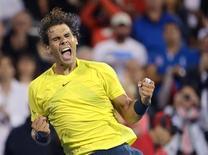 O espanhol Rafael Nadal comemora sua vitória sobre o sérvio Novak Djokovic pela semifinal do Masters de Montreal. Doze vezes campeão de Grand Slams, Nadal venceu um emocionante duelo contra Djokovic com parciais de 6-4 3-6 7-6(2) e chegou à final desde domingo contra a promessa canadense, Milos Raonic. 10/08/2013. REUTERS/Christinne Muschi