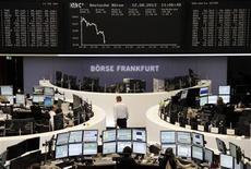 Les Bourses européennes reculent à la mi-séance lundi dans des volumes très étroits. À Paris, le CAC 40 abandonne 0,41% 4.059,68 points vers 10h40 GMT. À Francfort, le Dax cède 0,75% et à Londres, le FTSE perd 0,29%. /Photo prise le 12 août 2013/REUTERS/Remote