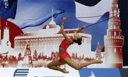 Инесса Риф из Финляндии выступает на чемпионате мира по ритимческой гимнастике в Москве 20 сентября 2010 года. После десятилетий торговли с западноевропейскими странами Финляндия вновь становится зависимой от России, где растущий средний класс и богатые инвесторы предлагают возможности для роста, недостающие погруженной в рецессию Европе. REUTERS/Grigory Dukor
