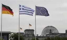 Флаги Германии, Греции и ЕС развеваются на ветру в Берлине 24 августа 2012 года. Немецкий центробанк полагает, что Греции потребуются дополнительные спасательные кредиты от европейских партнеров не позже, чем к началу 2014 года, сообщил еженедельный журнал Der Spiegel в воскресенье, ссылаясь на документ из Бундесбанка. REUTERS/Tobias Schwarz