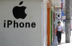 Le titre Apple figure au rang des valeurs à suivre ce lundi à Wall Street alors que, selon le blog AllThingsD spécialisé dans les nouvelles technologies, le groupe à la pomme devrait dévoiler en septembre une nouvelle version de son iPhone. /Photo prise le 24 juillet 2013/REUTERS/Darley Shen
