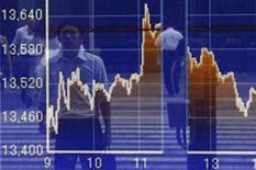 Homem refletido em uma vitrine com um gráfico que mostra o movimento geral da bolsa de valores de Tóquio, em Tóquio. A economia do Japão cresceu a um ritmo mais lento do que o esperado no segundo trimestre, dando munição para aqueles que procuram adiar a implementação de um aumento do imposto sobre as vendas, mesmo num momento em que a dívida do governo ultrapassou 1 quatrilhão de ienes (10,4 trilhões de dólares). 12/08/2013. REUTERS/Issei Kato