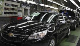 Trabalhadores são vistos na unidade da montadora norte-americana General Motors na Coreia do Sul, em Incheon. A GM começou a reduzir gradualmente sua presença na Coreia do Sul depois que crescentes custos trabalhistas e sindicalismo militante fizeram a companhia repensar sua dependência do país para um quinto de sua produção mundial, disseram três fontes com conhecimento da estratégia. 08/04/2013 REUTERS/Shin Dong-jun