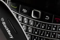Le fabricant canadien de smartphones BlackBerry a mis sur pied un comité spécial chargé d'explorer des alternatives stratégiques, parmi lesquelles des coentreprises, des partenariats ou la vente de la société. /Photo d'archives/REUTERS/Valentin Flauraud