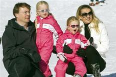 File photo of Dutch Prince Johan Friso posing with his wife Mabel and their daughters Countesses Zaria (2nd L) and Luana during a photocall at the Austrian alpine ski resort of Lech am Arlberg February 19, 2011. REUTERS/Miro Kuzmanovic